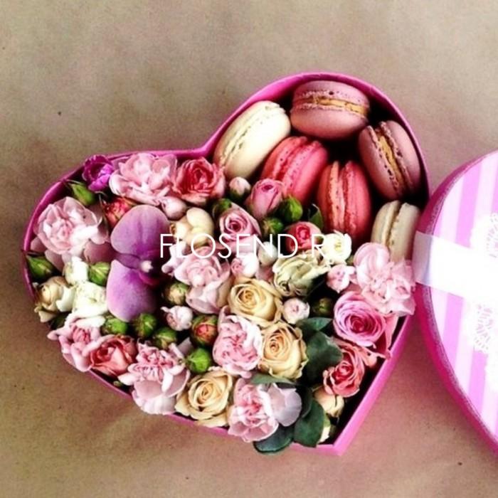 Цветы и макаронс в коробке № 222